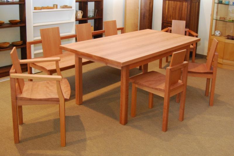 Individueller Esstisch mit Stühlen in Elsbeere
