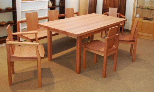 Essplatz in Elsbeere mit Massivholzstühlen mit und ohne Armlehne
