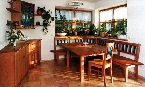 Esszimmer vom Schreiner mit Anrichte, Esstisch, Stühlen und Eckbank aus Naturholz