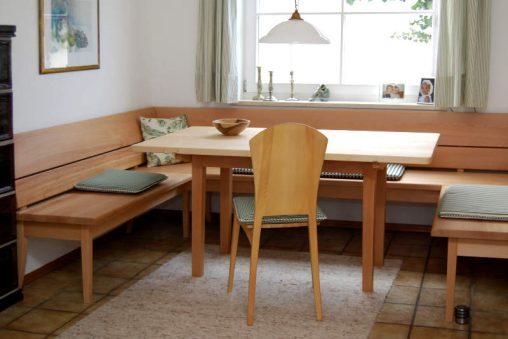 Individuel eingerichtetes Esszimmer mit Esstisch, Stühlen und Eckbank vom Schreiner