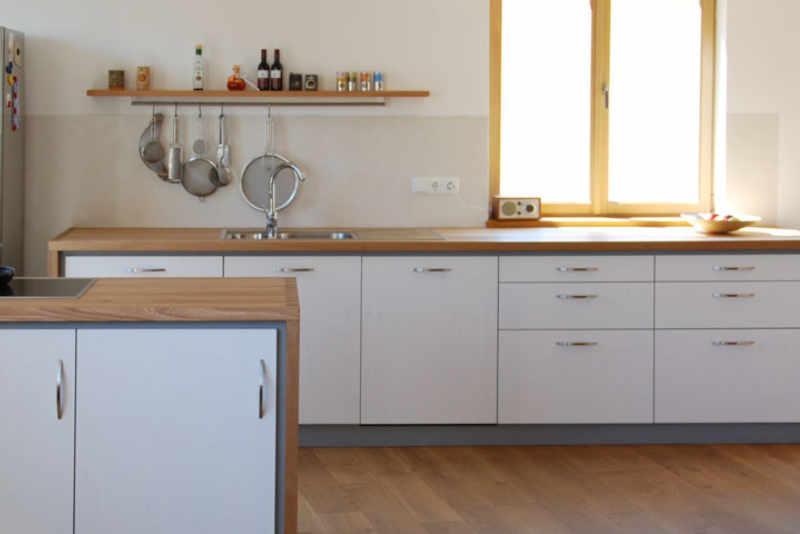 Küchenzeile mit hellen Massivholz Fronten