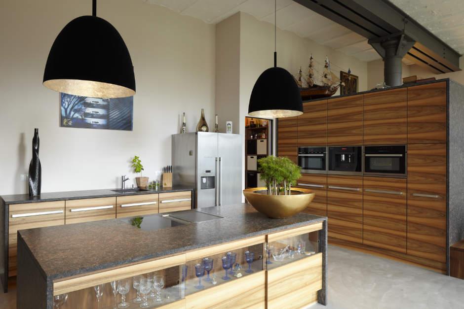 Moderne Küche aus Nussbaum und Arbeitsplatte aus Granit