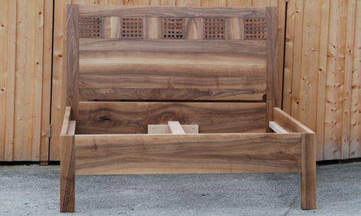 Individuell angefertigtes Massivholzbett aus Nussbaum