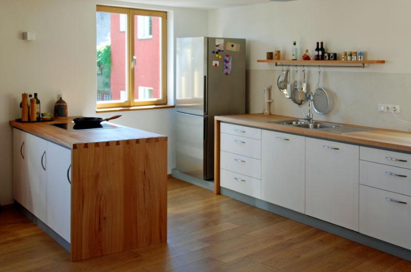 Klassische Küche vom Schreiner mit hellen Fronten