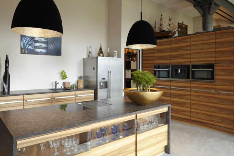 Moderne Küche in Nussbaum mit Arbeitsplatte aus Granit - Küchen vom Schreiner