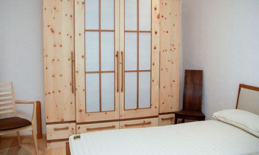 Schlafzimmer aus Zirbenholz bei uns in der Möbelausstellung.