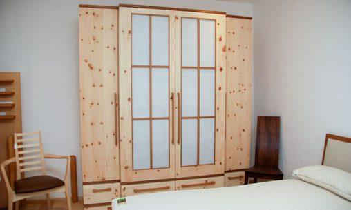 Zirbenholz Schlafzimmer in der Möbelausstellung | Schreinerei Saringer