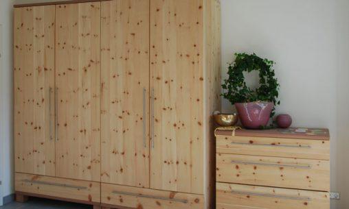 Schlafzimmerschrank und Kommode aus der Möbelschreinerei