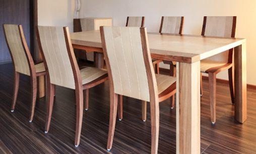 Tafeltisch aus Naturholz aus der Möbelschreinerei