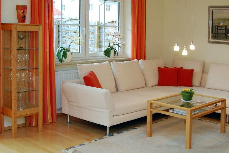 Wohnzimmer mit Möbel vom Tischler und Sofa